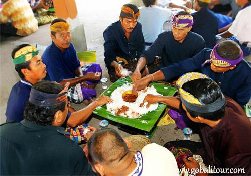 """""""Megibung"""" Tradisi Makan Bersama di Bali"""